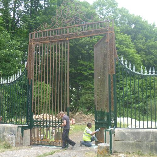 """Initiatives77 - Peinture du portail du """"Chalet Anglais"""" à Pontcarré"""