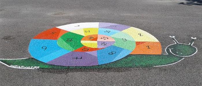 La réalisation de peintures au sol à l'école de La Genevraye