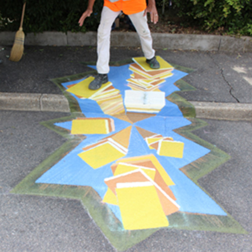 Initiatives77 - Réalisation d'un trompe-l'œil à Bagneaux-sur-Loing (fresque de livres)