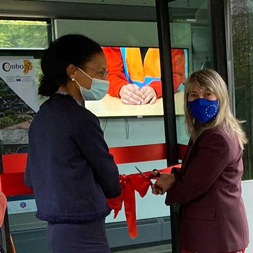 Initiatives77 - Nadège BAPTISTA, Préfète déléguée pour l'égalité des chances et Sandrine SOSINSKI, Présidente d'Initiatives77, inaugure le bus en coupant le ruban